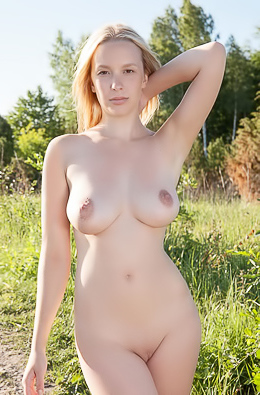 Hottie undresses to squeeze boobs on a hot day